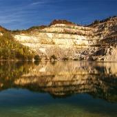 Herfst reflectie van rotsachtige heuvel in Sutovo meer, Slowakije