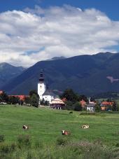 Kerk en bergen in Bobrovec, Slowakije
