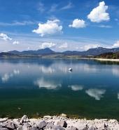 Reflectie in Liptovska Mara meer tijdens de zomer