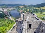 Luchtfoto zomer uitzicht vanaf de toren van Strecno Castle