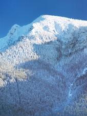 Sneeuw bedekt Grote Choc mountain