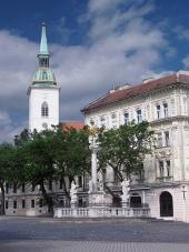 Plague kolom en de kathedraal in Bratislava