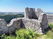 Vervallen muren van het kasteel van Cachtice in de zomer