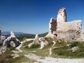 Binnen ruïnes van Cachtice kasteel