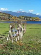 Houten pier op droge oever van Liptovska Mara
