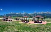 Schuilplaatsen van auto parkeren onder Hoge Tatra