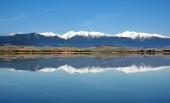 Weerspiegeling van besneeuwde bergen Rohace