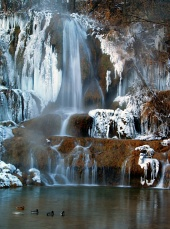 Bevroren waterval in de winter