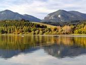 Weerspiegeling van Pravnac en Lomy heuvels, Slowakije