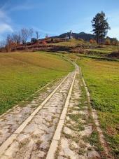 Loopbrug naar monument van Juraj Janosik