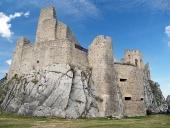 Binnenplaats en de ru?ne van het kasteel van Beckov
