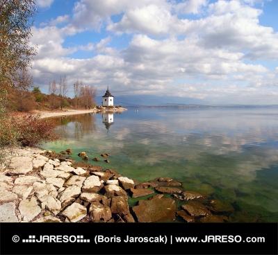 Jesień brzegu jeziora Liptowska Mara, na Słowacji