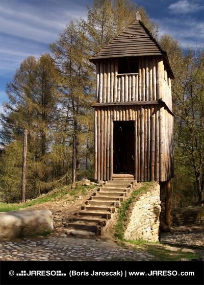 Drewniana wieża fortyfikacji w Havránok skansen, Słowacja