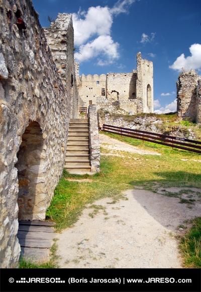 Wnętrze zamku Beckov, Słowacja