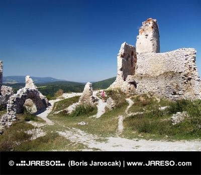 Wewnątrz ruin zamku cachtice