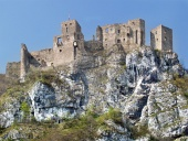 Letni widok na ruiny zamku Strečno