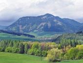 Wieś z Pravnac wzgórzu niedaleko Bobrovník