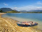 Zbliżenie zakotwiczonych łodzi wiosłowej