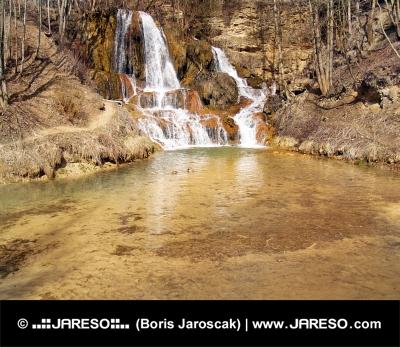 Cascadă bogată în minerale în satul Lucky, Slovacia