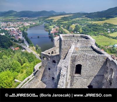 Vedere aerială din turnul Castelului Strecno pe timp de vară