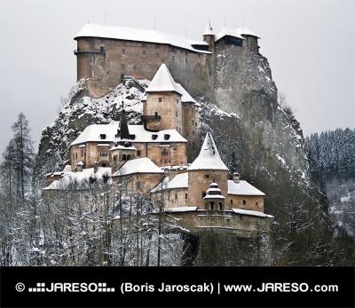 Celebru Castelul Orava în timpul iernii