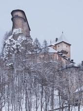 Vedere rare de Castelul Orava în timpul iernii