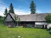 Stupi de albine din lemn de lângă casa popular în Pribylina
