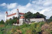Castelul Bratislava pe dealul de deasupra Old Town