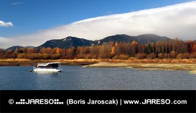 Лодка и озеро