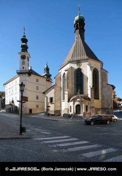 Ратуша и церковь в городе Банска- Штьявница