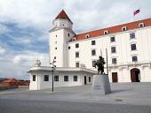 Двор Братиславский замок со статуей короля Святополка