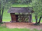 Деревянная кормушка для животных с сеном, подготовленном для зимнего кормления
