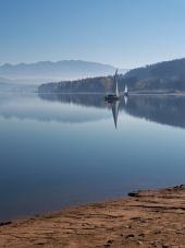 Рано утром в Оравском водохранилище