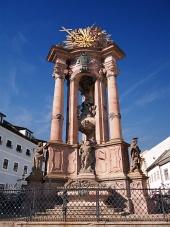 Чумной столб на Троицкой площади в историческом Банска Штьявница