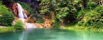 Рука выбранного каталога с моими фотографиями темы воды, таких как фотографии водопадов, озер, рек и горных потоков.