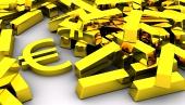 Golden eurosymbolen nära högen av guldtackor