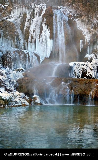Fryst vattenfall i Lucky byn, Slovakien