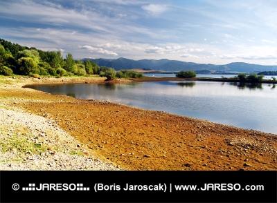 Hösten strand Liptovska Mara sjö, Slovakien