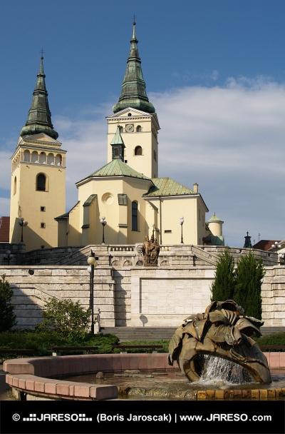 Kyrkan och fontän i Zilina, Slovakien