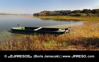 Liten roddbåt med Liptovska Mara sjö, Slovakien
