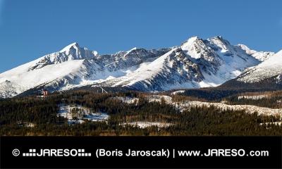 Vinter toppar de höga Tatrabergen i Slovakien