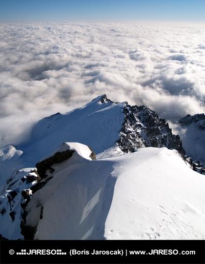 Ovanför molnen i Tatrabergen p? Lomnicky Peak