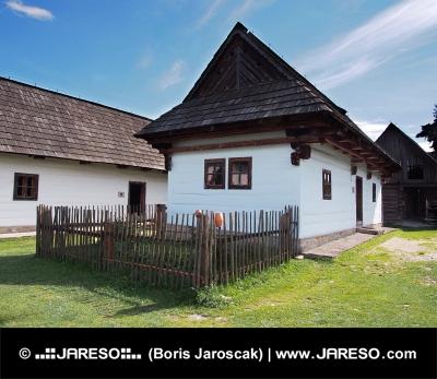 Sällsynta trä folk hus i Pribylina, Slovakien