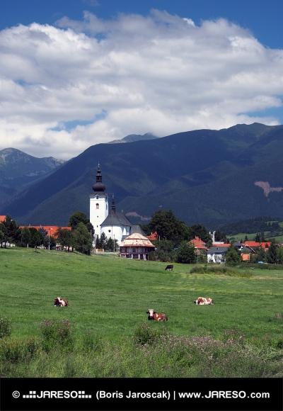 Kyrkan och bergen i Bobrovec, Slovakien
