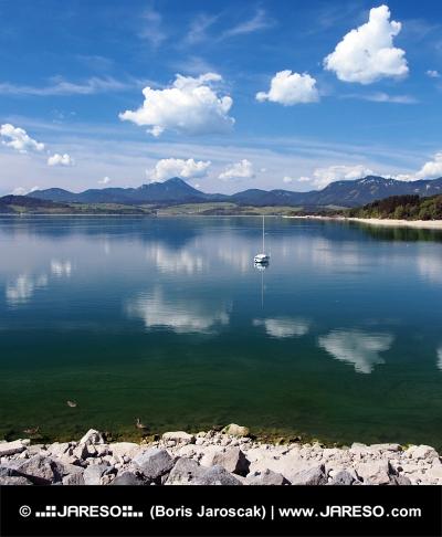 Reflektion i Liptovska Mara sjön under sommaren