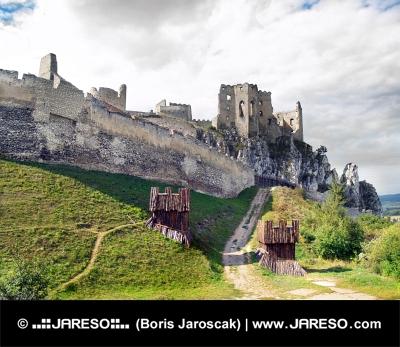 Massiv berikning av slottet Beckov, Slovakien