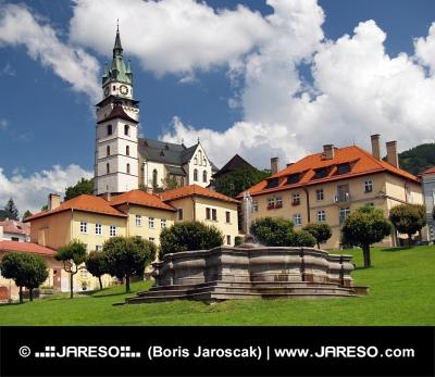 Kyrkan och fontän i Kremnica, Slovakien