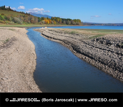 Stranden och kanalen vid Liptovska Mara sjön under hösten i Slovakien