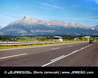 De höga Tatrabergen och motorväg i sommar