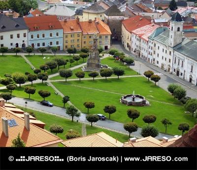 Flygfoto över Kremnica stad i sommar